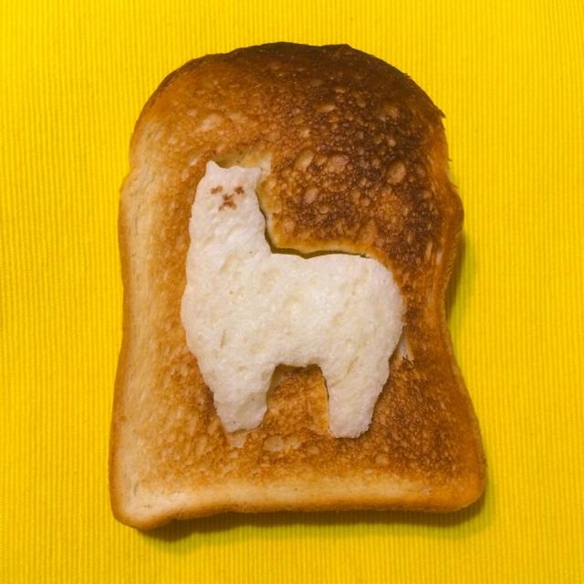 食パンを型抜きして、外側を焼くとアルパカさんがっ