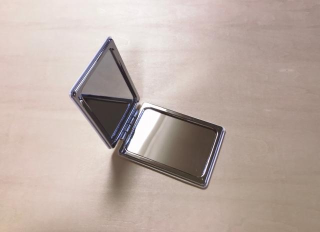 便利な平面鏡と拡大鏡のセット。