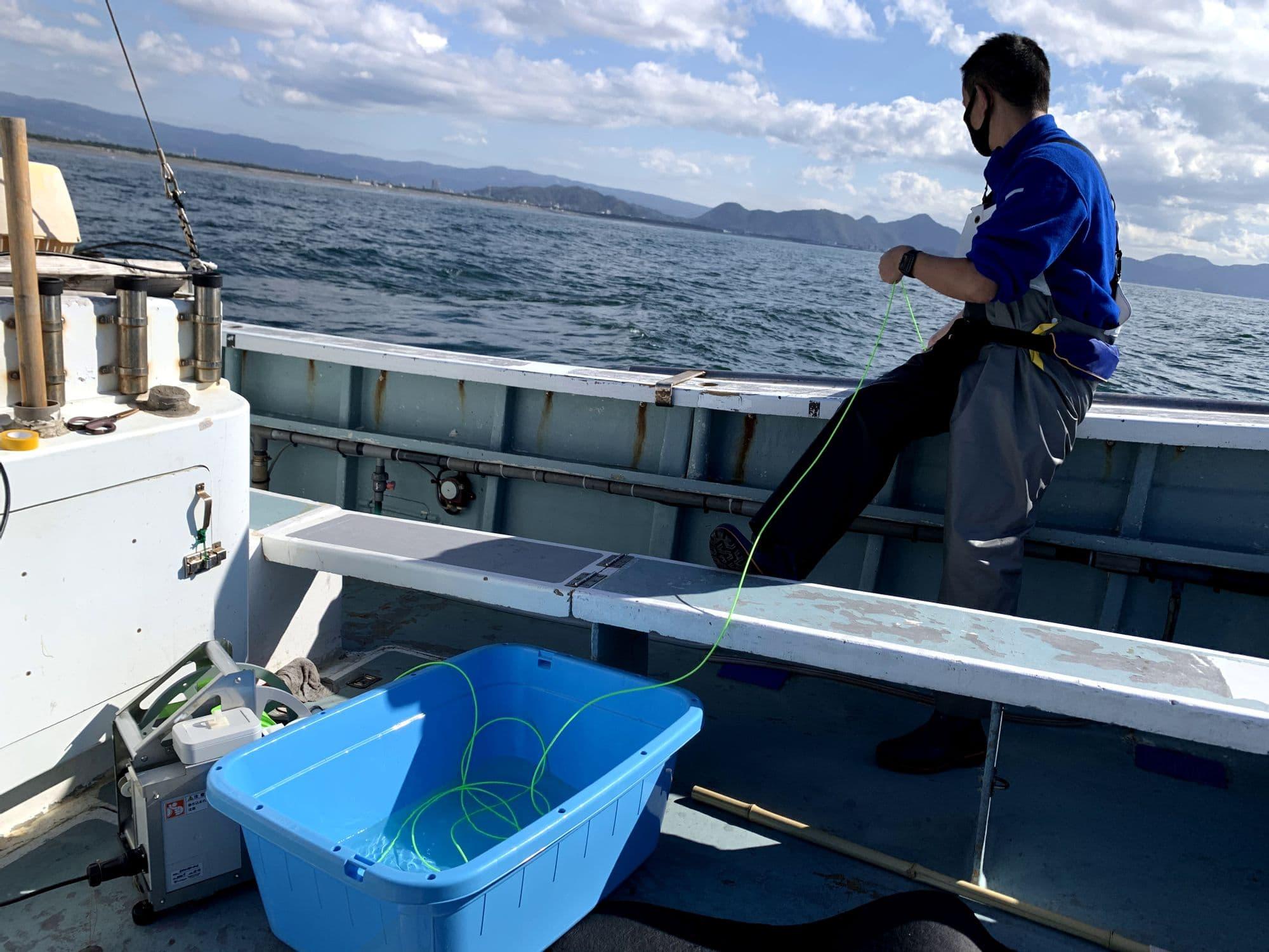 ケーブルのコントロールをするサンシャイン水族館のタカミヤさん。海が似合っていてめちゃめちゃかっこいい!